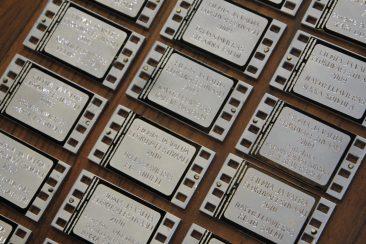 Matin-Tuvassa vierailleiden elokuvantekijöiden nimilaatat
