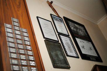 Tunnustuksia eteisaulan seinällä